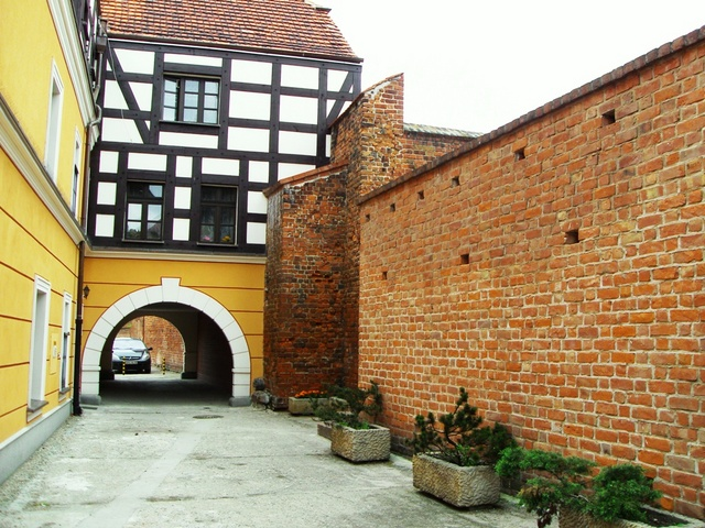 Zabytkowa kamieniczka z fragmentem muru pruskiego.jpeg