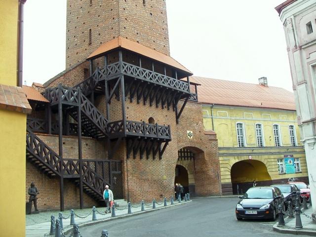 Brama Krakowska z krużgankami i rycerzem.jpeg
