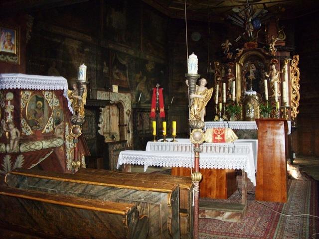 Wnętrze kościoła z zabytkową polichromią.jpeg