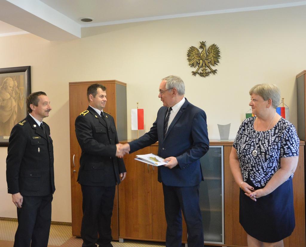 Strażak Mariusz Honc nagrodzony przez Starostę Namysłowskiego 007.jpeg
