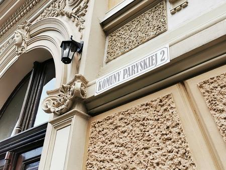 Fragment wyremontowanej kamienicy przy ul. Komuny Paryskiej - Namysłów, gmina Namysłow, powiat namysłowski (fot barbara Jarmuszewska)